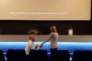 Πήγε σε κινηματογράφο με μια φίλη της για να δει ταινία και έφυγε με... δαχτυλίδι (video)