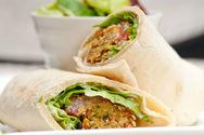 Ετοιμάστε αραβική πίτα με τόνο και λαχανικά