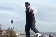 Ζογκλέρ κάνει μοναδικά κόλπα με μία μπάλα (video)