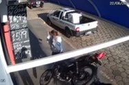 Μοτοσυκλέτα περνάει ξυστά από ανυποψίαστη γυναίκα (video)