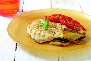 Κοτόπουλο σχάρας με ψητή πιπεριά και λιαστές τομάτες