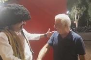 'Eπική' συνάντηση με 'άρωμα' Ελληνοφρένειας στην Πάτρα - Ο Τσολιάς βρήκε τον Κυρ-Βασίλη (video)