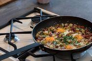 Αυγά με πατάτες και λουκάνικα