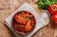 Μαγειρέψτε κοκκινιστό κοτόπουλο με αγκινάρες