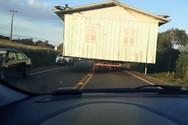 Μεταφέροντας ένα μεγάλο σπίτι σε μικρό δρόμο (video)