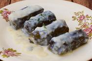 Μαγειρέψτε ντολμαδάκια με κιμά και σάλτσα αυγολέμονο