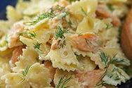 Κρύα σαλάτα με ζυμαρικά και καπνιστή πέστροφα
