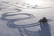 Αγρότης χρησιμοποίησε το τρακτέρ του για να γράψει κάτι πολύ όμορφο πάνω στο χιόνι (video)