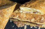 Ζαμπονοτυρόπιτα με μπέικον και γραβιέρα