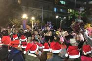 Φωτίστηκε το Χριστουγεννιάτικο δέντρο στο Αγρίνιο (pics)