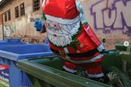 Ο Άγιος Βασίλης... στα σκουπίδια!