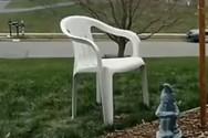 Bίντεο δείχνει πώς χάθηκε μια καρέκλα στο χιόνι
