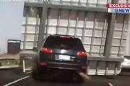 Τεράστια πινακίδα έπεσε πάνω σε αυτοκίνητο (video)