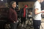 Ο Μπιλ Γκέιτς περιμένει στην ουρά σε καντίνα για να παραγγείλει μπέργκερ