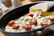 Αυγά με ντομάτα και ανθότυρο