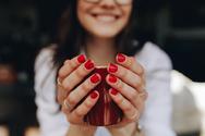 Το λάθος που κάνει τα νύχια σας να ξεφλουδίζουν