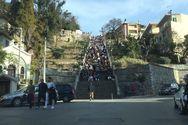 Από κάτω έως πάνω γεμάτες από κόσμο οι σκάλες της Αγίου Νικολάου