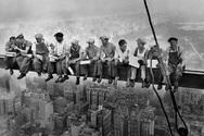 Γευματίζοντας σε ουρανοξύστη το 1930