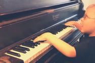 Αγόρι 7 ετών με προβλήματα όρασης, παίζει στο πιάνο το Bohemian Rapsody (video)