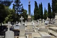 Ηλεία - Μητέρα υποψηφίου μοίρασε προεκλογικά φυλλάδια στο νεκροταφείο