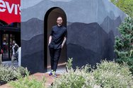 Νέα Υόρκη: Καλλιτέχνης «φύτεψε» μικροσκοπικό σπίτι στην μέση της Times Square (φωτο)