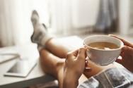 Σας χύθηκε καφές στον καναπέ; Δείτε πώς θα αφαιρέσετε το λεκέ (video)