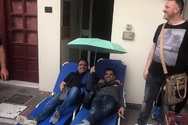 Με την ξαπλώστρα και την ομπρέλα έξω από τα γραφεία της Κτηματικής