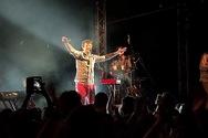 Ο Κωστής Μαραβέγιας σε μια καλοκαιρινή συναυλία στην Πάτρα