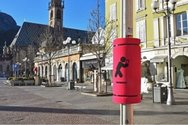 Ιταλία - Δήμος έβαλε μαξιλαράκια σε στύλους για τους «κολλημένους» με τα κινητά