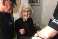 93χρονη δείχνει πανευτυχής με τις χειροπέδες (φωτο)