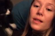 Γάτα τσαντίζεται κάθε φορά που η ιδιοκτήτρια της τραγουδάει (video)