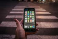 Τσουχτερό πρόστιμο σε όσους πεζούς διασχίζουν τον δρόμο κοιτάζοντας το κινητό τους στην Αυστραλία