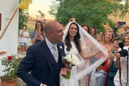 Κωνσταντίνος Μπογδάνος και Ελένη Καρβέλα παντρεύτηκαν στη Νάξο (φωτο)