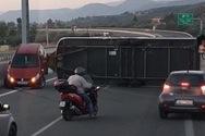 Ανατροπή οχήματος στην Πατρών - Κορίνθου, στο ύψος του Αιγίου (φωτο)