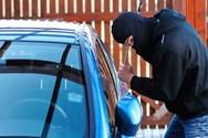 Αχαΐα - Παραβίασε σταθμευμένο όχημα και αφαίρεσε 700€ και διάφορα έγγραφα