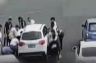Συγκλονιστική διάσωση γυναίκας που παγιδεύτηκε κάτω από αυτοκίνητο (video)