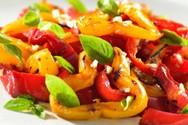 Ψητές πιπεριές μαρινάτες σε λάδι βασιλικού