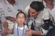 Η πριγκίπισσα Σάρλοτ βγάζει τη γλώσσα της στο πλήθος (φωτο)
