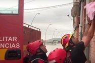 Ισπανία: Συγκλονιστική διάσωση ενός βρέφους και τριών παιδιών από τις πλημμύρες