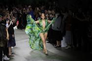 Jennifer Lopez - Στην πασαρέλα με το φόρεμα Versace που φόρεσε πριν από 19 χρόνια!
