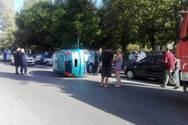 Αγρίνιο - Αυτοκίνητο προσέκρουσε σε σταθμευμένα οχήματα και ανετράπη (φωτο)