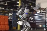 Ρομπότ κάνει ρυθμική γυμναστική και παρκούρ