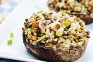Συνταγή για μανιτάρια πορτομπέλο γεμιστά με φακές και καστανό ρύζι