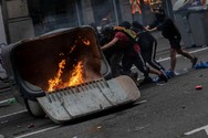 Άγρια επεισόδια μεταξύ αστυνομικών και διαδηλωτών στη Βαρκελώνη (video)