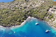 Το καταπράσινο νησάκι των Τηλεβοΐδων, που σε μαγεύει με τα νερά του (video)