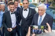 Ο Προκόπης Παυλόπουλος σταμάτησε την αυτοκινητοπομπή του για να ευχηθεί σε γαμπρό