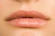 Πώς θα φτιάξετε απαλά χείλη μέσα σε ένα λεπτό