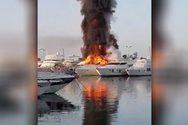 Στις φλόγες δύο σκάφη στη μαρίνα Γλυφάδας (video)