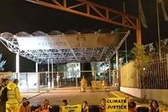 Greenpeace: Αλυσοδέθηκαν μπροστά στα διυλιστήρια στον Ασπρόπυργο