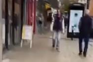 Λονδίνο - «Δεινόσαυρος» σπέρνει... πανικό σε δρόμο (video)